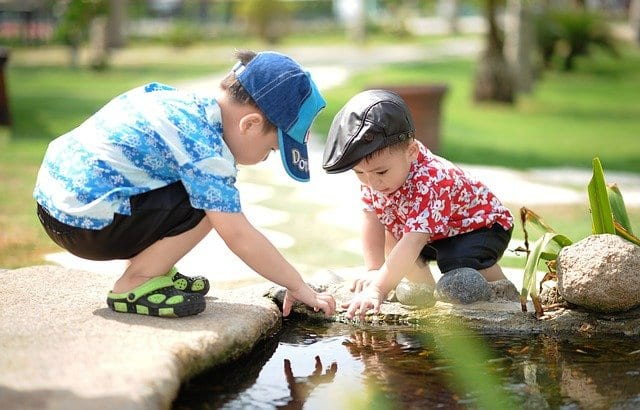Niños jugando felices