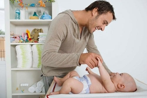 El padre que cuida del bebe