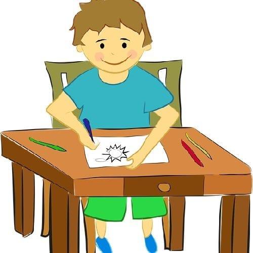 Niño jugando con los dibujos